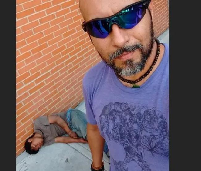 Noqueó a hombre que intentó robarle y lo presume ¡con selfie!
